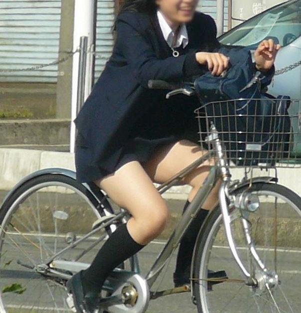 【自転車JK街撮り画像】チャリ通女子高生の思わず見惚れる太もも!!大人の色気を感じる幼い太もも画像 その11