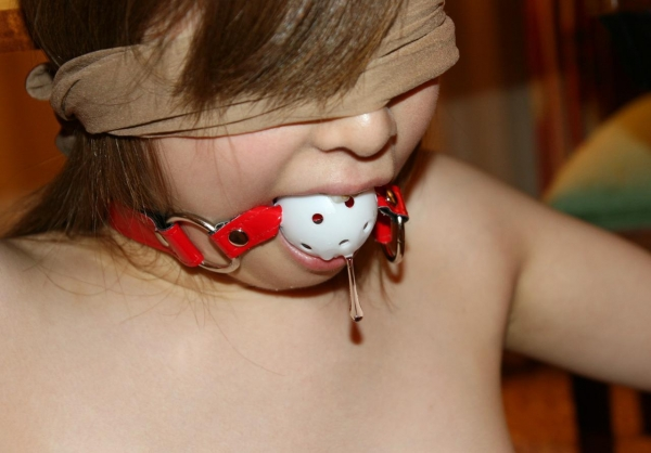 【ボールギャグエロ画像】まさに雌豚!女の子が涎たらしたぶざまな姿に興奮がとまらない調教エロ画像 その8