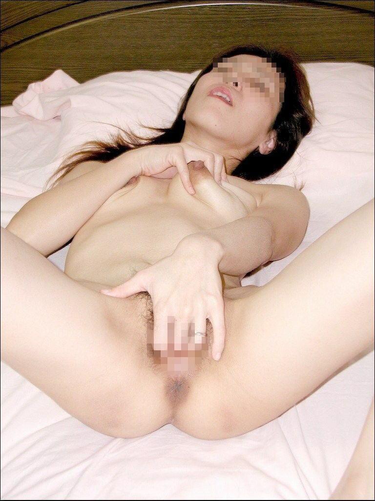 【オナニーエロ画像】女の子が大股ひろげてマンコをズボズボッ!M字開脚で自慰行為に溺れる姿が卑猥なオナニーエロ画像 その15