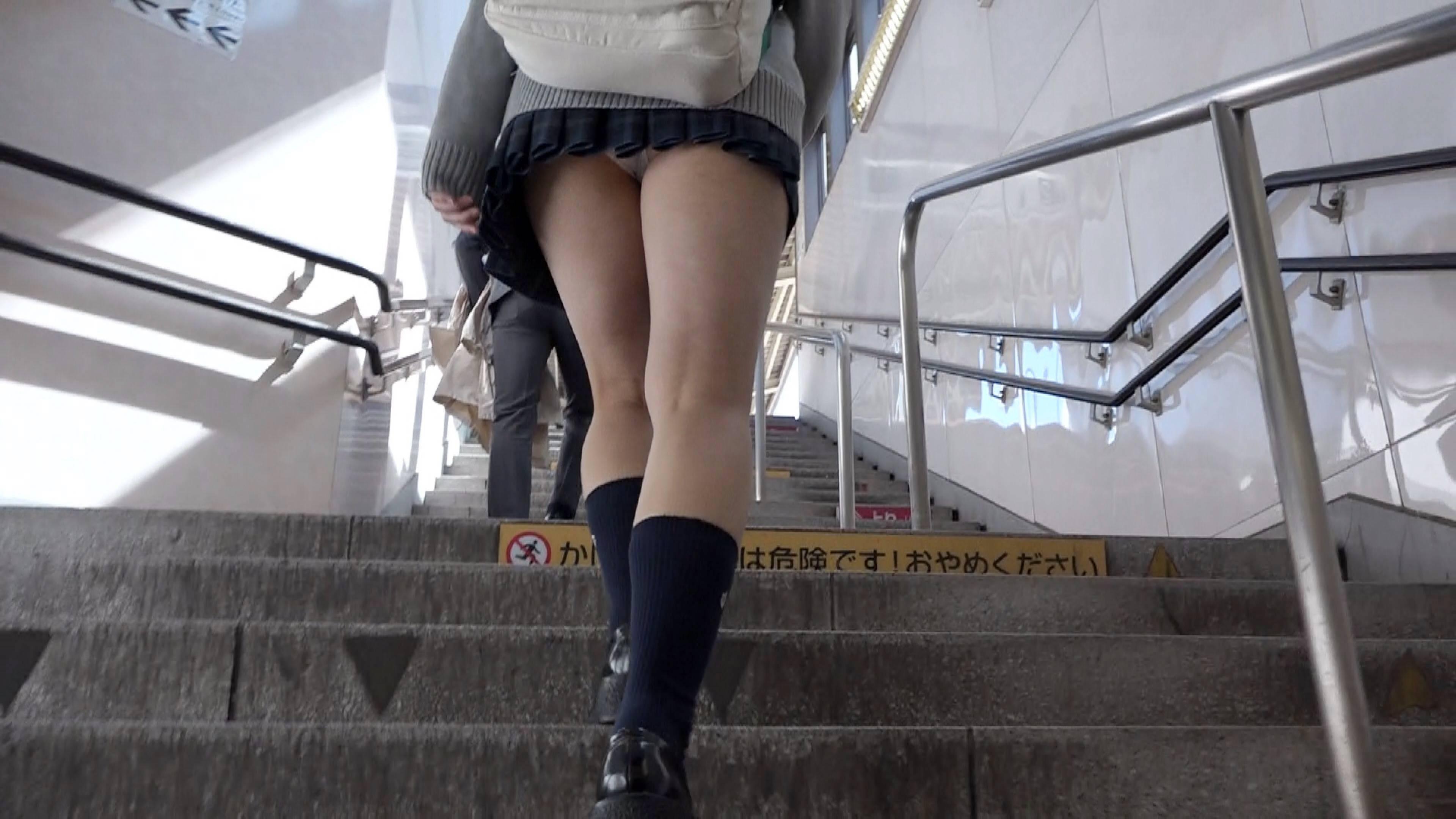 【パンチラエロ画像】階段を登る女子高生を後ろから見上げると素晴らしい光景がひろがるwwずっと見ていたいパンチラ画像 その12