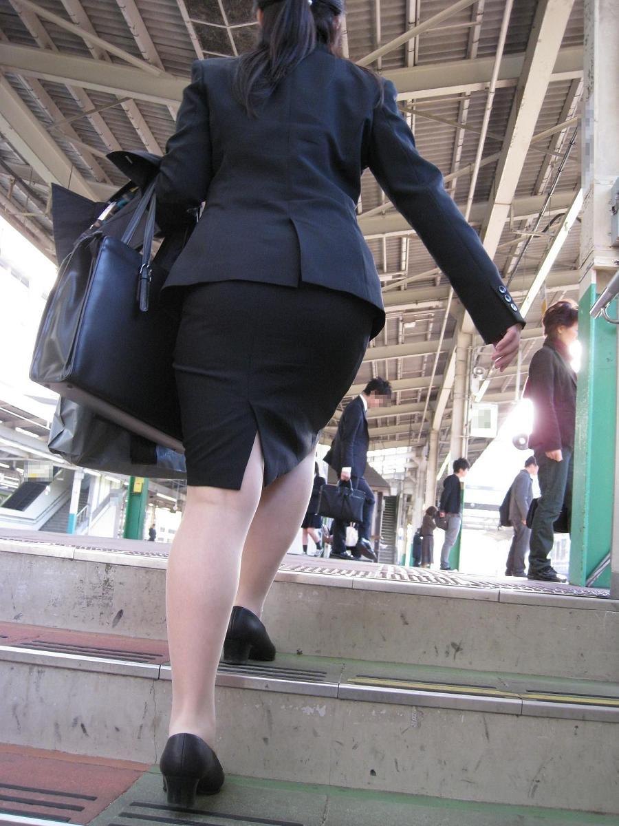 【タイトスカートエロ画像】OLさんのお尻ってエッチだなぁ…痴漢を誘ってるようにしか見えないタイトスカートのお尻画像 その13