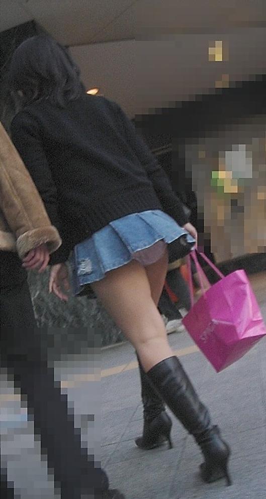 【パンチラエロ画像】これじゃ痴女だろ…街中で普通にパンチラしちゃうミニスカ娘!リアルなギャルのパンチラ画像 その3