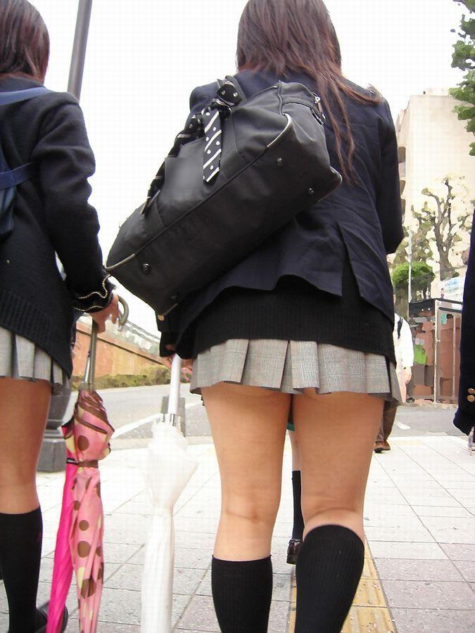 【お尻フェチエロ画像】少したるんだお尻がリアル…短すぎるスカートからはみ出す女子高生のお尻画像 その4