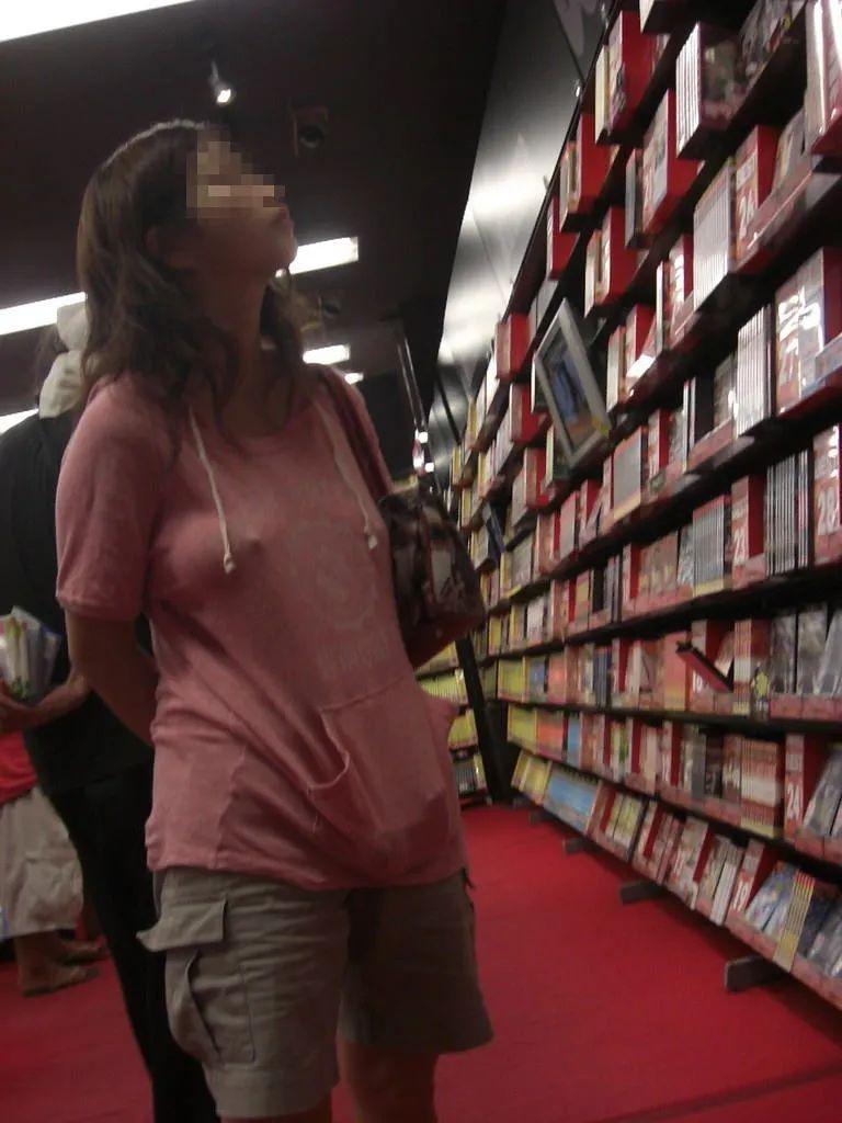 【ノーブラエロ画像】興奮しすぎて乳首がビンビン!勃起し過ぎてシャツの上からでもくっきりチクポチ!痴女なおねーさんのノーブラ画像 その1