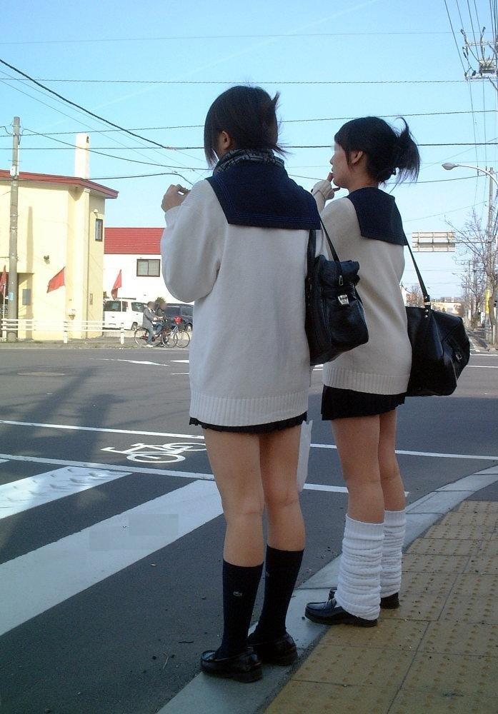 【カーディガンJKエロ画像】ちょー短いスカートにちょっと大きめのカーディガン!この時期の女子高生ってやっぱ可愛いよなwww その1