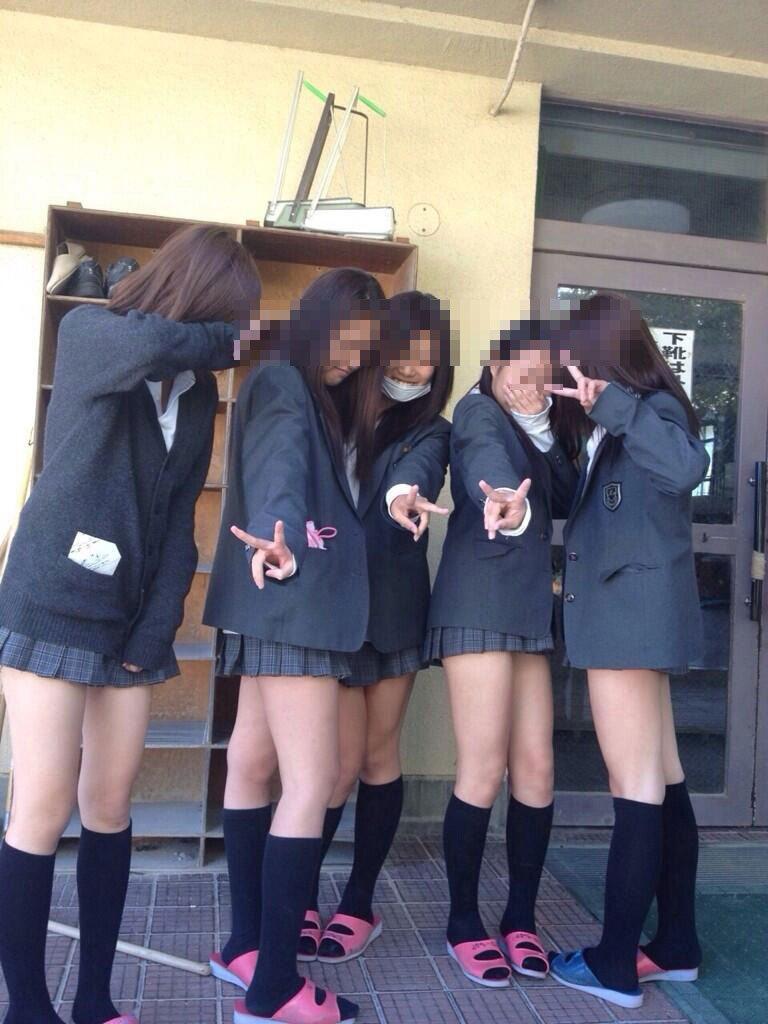 【ミニスカJKエロ画像】もはや冬の風物詩!!寒そうなのにくっそ短いスカートで生足露出する女子高生って貴重だよなwww その15