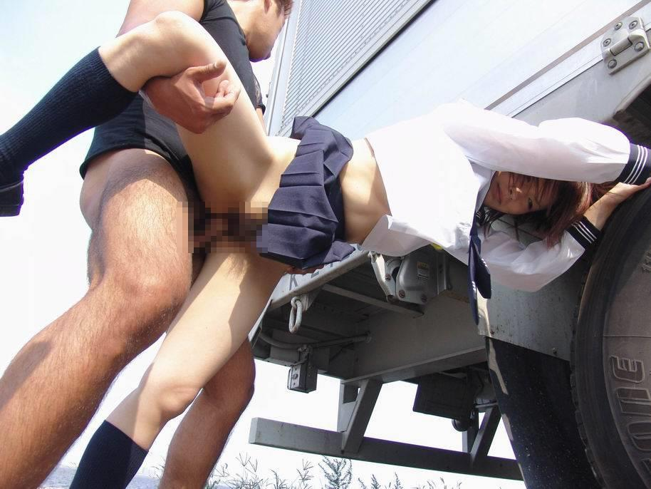 【野外SEXエロ画像】誰かに見られるスリルで興奮しまくり…夢中でセックスしてるカップル!?過激すぎる青姦セックスがヤバいww その10