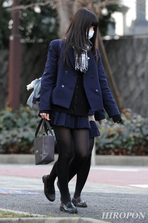 こんな脚でチンポをシゴかれたいww冬の街に似合う黒タイツや黒パンストの女子高生を隠し撮りした街撮り画像 その12