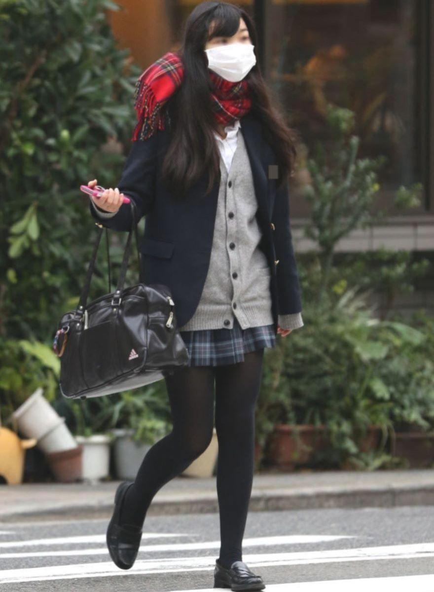 こんな脚でチンポをシゴかれたいww冬の街に似合う黒タイツや黒パンストの女子高生を隠し撮りした街撮り画像 その13
