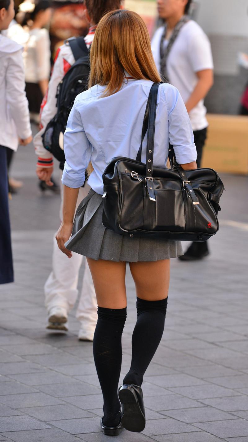 パンチラしてるのか…見えそうで見えないギリギリが興奮する!!ちょー短いスカートのJK街撮り画像 その9