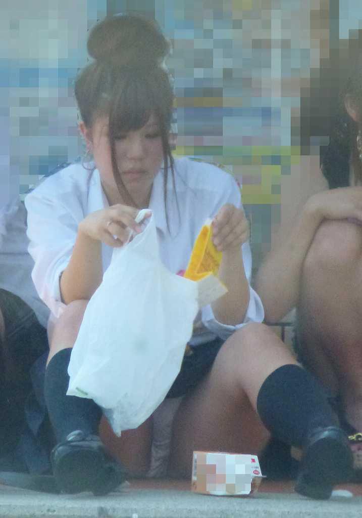 女子高生の生パンがまる見え!!短パンも履いてないのに無防備に座る女子高生のしゃがみパンチラ画像がちょーリアルwww その12