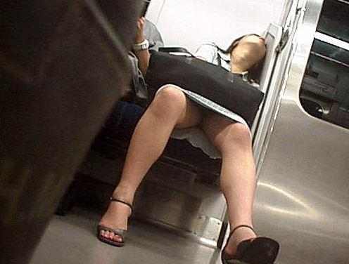 危機感なさすぎwwwパンツまる見えで居眠りしてしまった女の子たちの電車内盗撮画像 その1