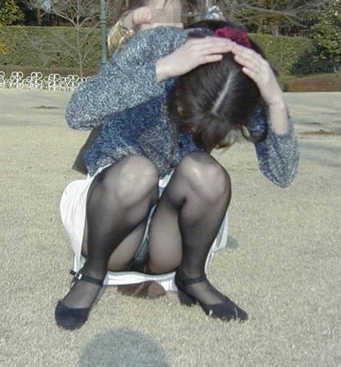子連れママさんたちの無防備な股間が普通にシコい…人妻の色気がたまらないパンチラ画像 その4